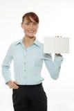 Mulher que prende o cartão em branco foto de stock royalty free
