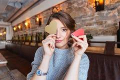 Mulher que prende o coração vermelho Fotografia de Stock