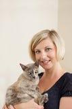 Mulher que prende o gato Burmese Fotos de Stock Royalty Free