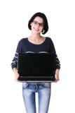 Mulher que prende o portátil de 17 polegadas fotografia de stock