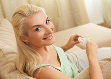 Mulher que prende o teste de gravidez positivo Imagens de Stock
