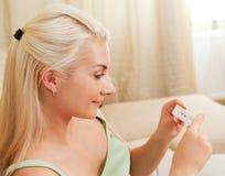 Mulher que prende o teste de gravidez positivo Fotografia de Stock Royalty Free