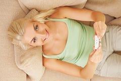Mulher que prende o teste de gravidez positivo Fotos de Stock Royalty Free