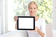 Mulher que prende a tabuleta digital Fotografia de Stock Royalty Free