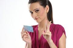 Mulher que prende um banco ou um cartão de crédito fotografia de stock