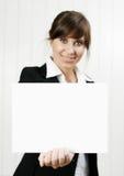 Mulher que prende um cartão vazio imagem de stock royalty free