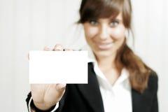 Mulher que prende um cartão vazio imagens de stock royalty free