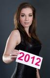 Mulher que prende um cartão 2012 Fotografia de Stock Royalty Free