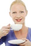 Mulher que prende um copo do chá Fotografia de Stock