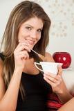 Mulher que prende um copo do chá Fotografia de Stock Royalty Free