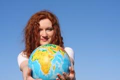 Mulher que prende um globo Fotografia de Stock Royalty Free