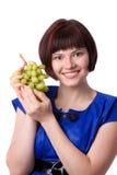 Mulher que prende um grupo de uvas verdes imagem de stock