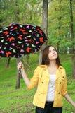 Mulher que prende um guarda-chuva Fotografia de Stock Royalty Free