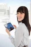 Mulher que prende um PC da tabuleta em suas mãos Foto de Stock