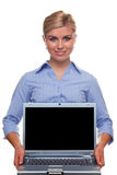 Mulher que prende um portátil com tela em branco imagem de stock