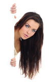 Mulher que prende um quadro de avisos em branco. Fotos de Stock Royalty Free