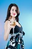 Mulher que prende uma bebida imagens de stock