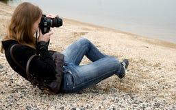Mulher que prende uma câmera da foto foto de stock royalty free