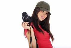 Mulher que prende uma câmera da foto imagem de stock royalty free