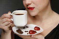 Mulher que prende uma chávena de café Fotos de Stock Royalty Free
