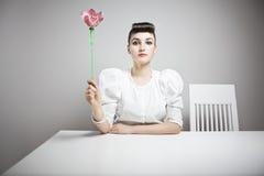 Mulher que prende uma orquídea Imagens de Stock Royalty Free