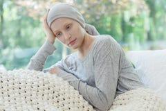 Mulher que preocupa-se sobre sua condição Fotografia de Stock Royalty Free
