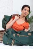 Mulher que prepapring para embalar sacos Foto de Stock