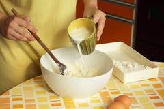 Mulher que prepara a massa de pão Imagens de Stock