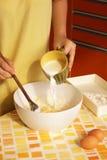 Mulher que prepara a massa de pão Imagens de Stock Royalty Free