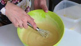 Mulher que prepara a massa para o bolo Ingredientes das misturas em um recipiente para fazer a massa vídeos de arquivo
