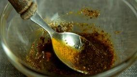 Mulher que prepara a mistura da especiaria e que cozinha peixes dos salmões com arroz e pepino vídeos de arquivo