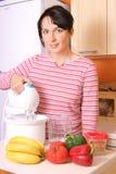 Mulher que prepara o alimento Fotografia de Stock