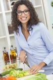 Mulher que prepara o alimento da salada dos vegetais na cozinha Fotografia de Stock Royalty Free