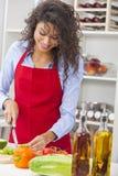 Mulher que prepara o alimento da salada dos vegetais na cozinha Imagens de Stock Royalty Free
