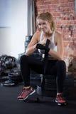 Mulher que prepara-se ao treinamento do crossfit Imagens de Stock