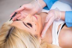 A mulher que prepara-se para a cirurgia plástica fotografia de stock royalty free
