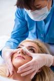A mulher que prepara-se para a cirurgia plástica imagens de stock royalty free