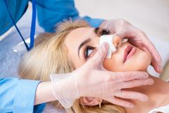 A mulher que prepara-se para a cirurgia plástica imagem de stock