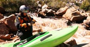 Mulher que prepara-se para começar kayaking no rio 4k video estoque