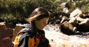 Mulher que prepara-se para começar kayaking no rio 4k filme