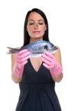 Mulher que prepara-se para cozinhar peixes fotos de stock