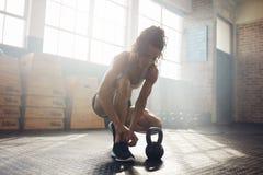 Mulher que prepara-se para malhar no gym Imagem de Stock Royalty Free
