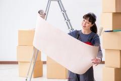 A mulher que prepara-se para o trabalho do papel de parede fotos de stock royalty free