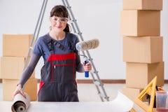 A mulher que prepara-se para o trabalho do papel de parede foto de stock