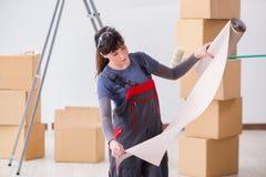 A mulher que prepara-se para o trabalho do papel de parede imagens de stock