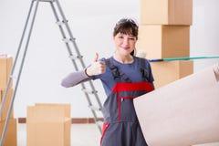 A mulher que prepara-se para o trabalho do papel de parede fotografia de stock royalty free