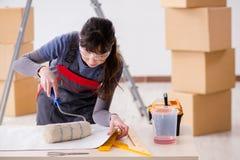 A mulher que prepara-se para o trabalho do papel de parede foto de stock royalty free