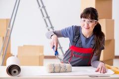 A mulher que prepara-se para o trabalho do papel de parede fotos de stock