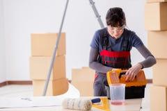 A mulher que prepara-se para o trabalho do papel de parede fotografia de stock