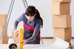 A mulher que prepara-se para o trabalho do papel de parede imagem de stock royalty free